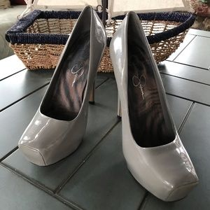1212 - JESSICA SIMPSON PATENT LEATHER GRAY PUMPS